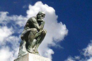 Denker-denk-wijzer-blauwe lucht-wolk-beeld-Rodin