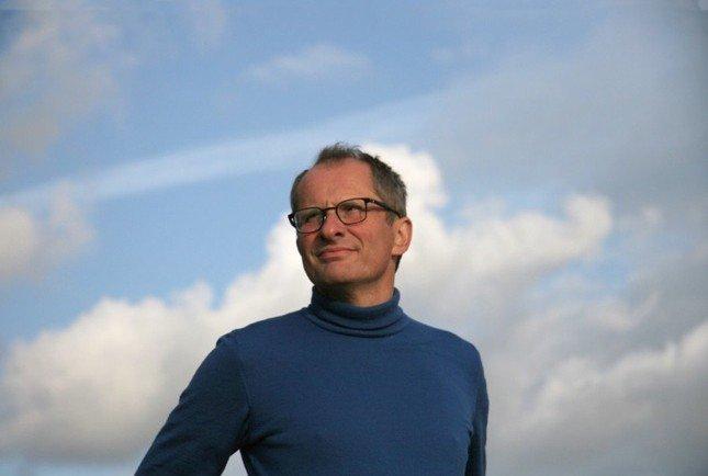 Leo-Hollander-man-bril-lucht-blauw-praktisch-filosoof-blauwe-wolkenlucht