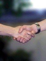 Twee-handen-dukken-elkaar-als-welkom