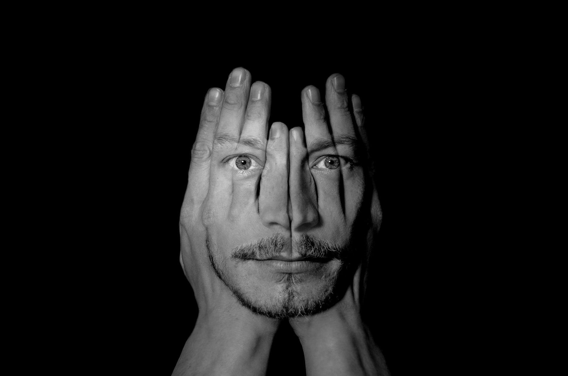 man-gezicht-in-handen-behandelen-handelen