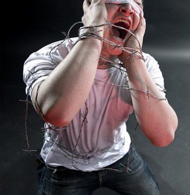 quarterlife-crisis-schreeuwende-man-prikkeldraad-paniek-blinddoek