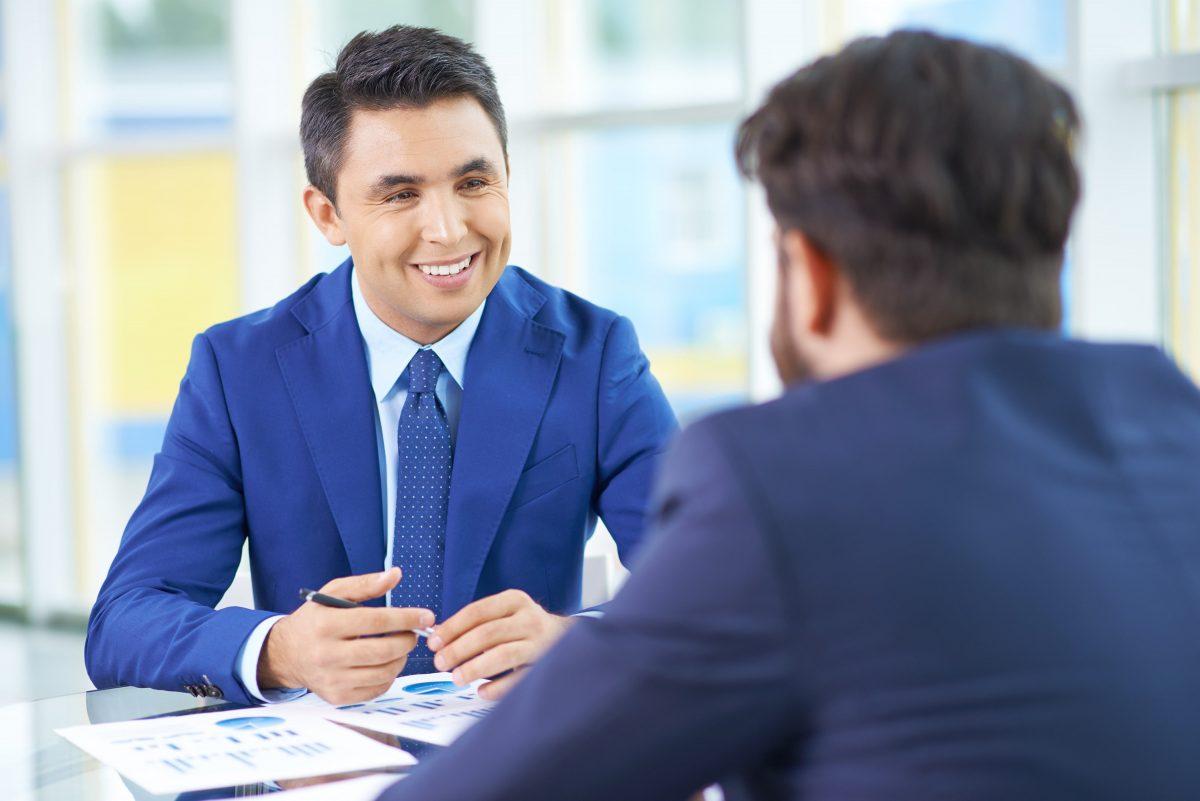 gesprek-twee-mooie-zakenmannen-sollicitatiegesprek