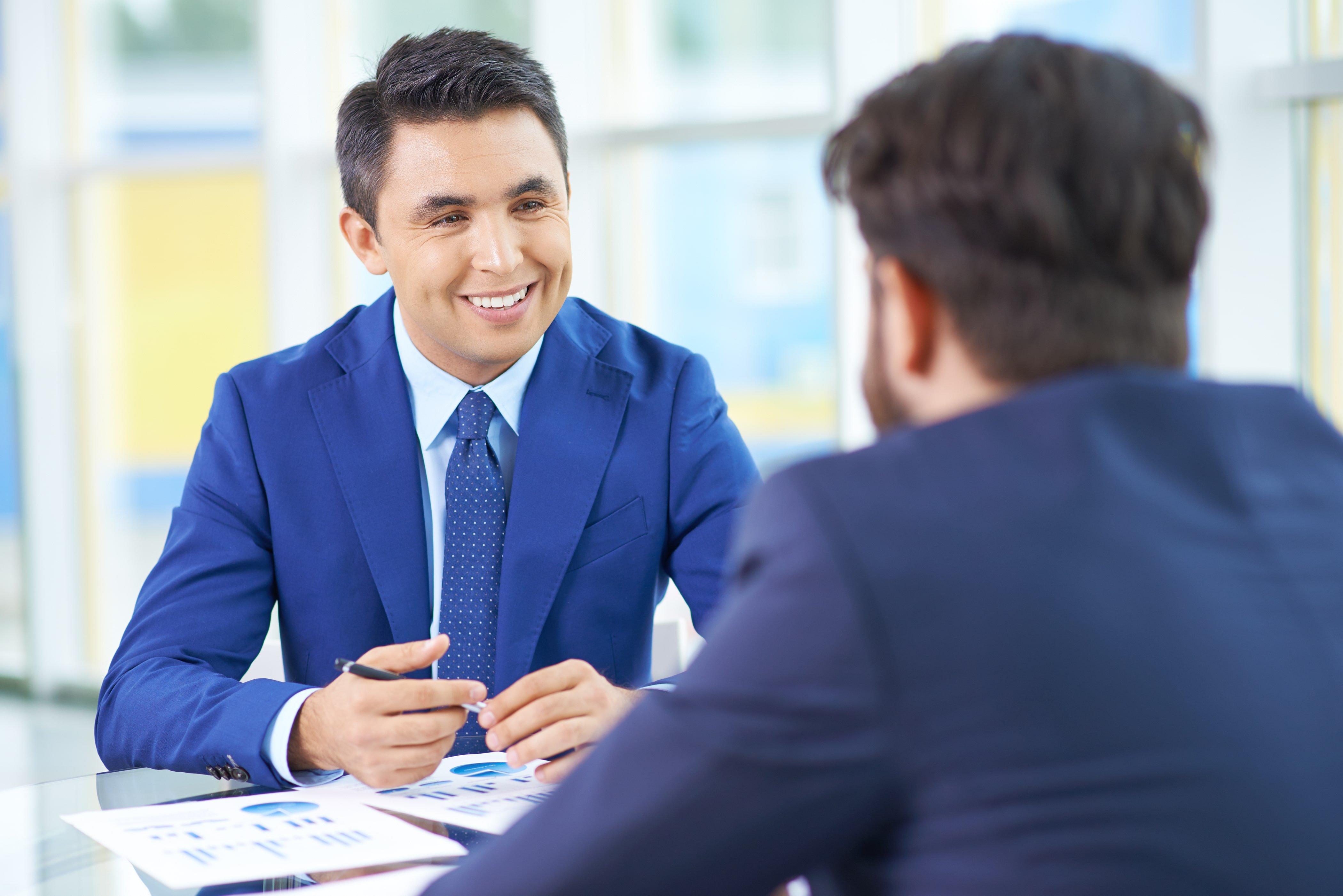 twee-mooie-zakenmannen-gesprek