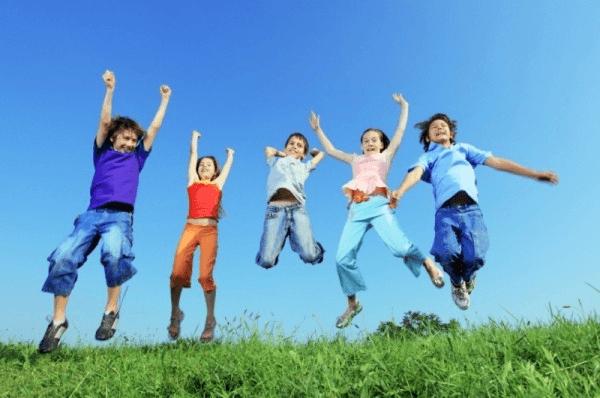 Groep blije kinderen filosoferen met kinderen