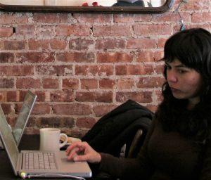 twintiger met quarterlife crisis achter laptop kijkt met twijfels