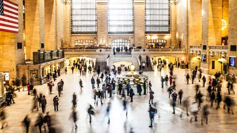 Station-mensen-reizen-ontmoeten- druk-platform-vreemde