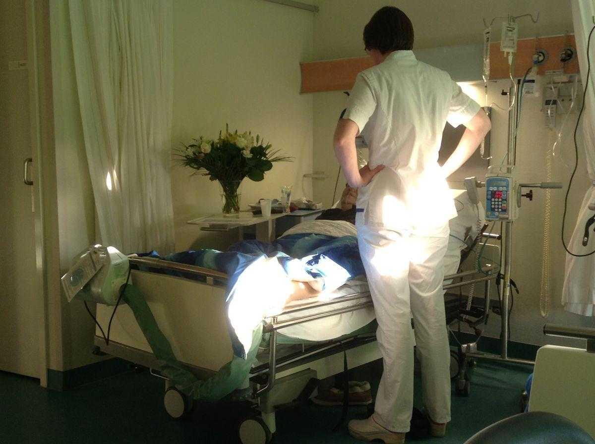 kanker-verpleegster-aan-bed-patiënt