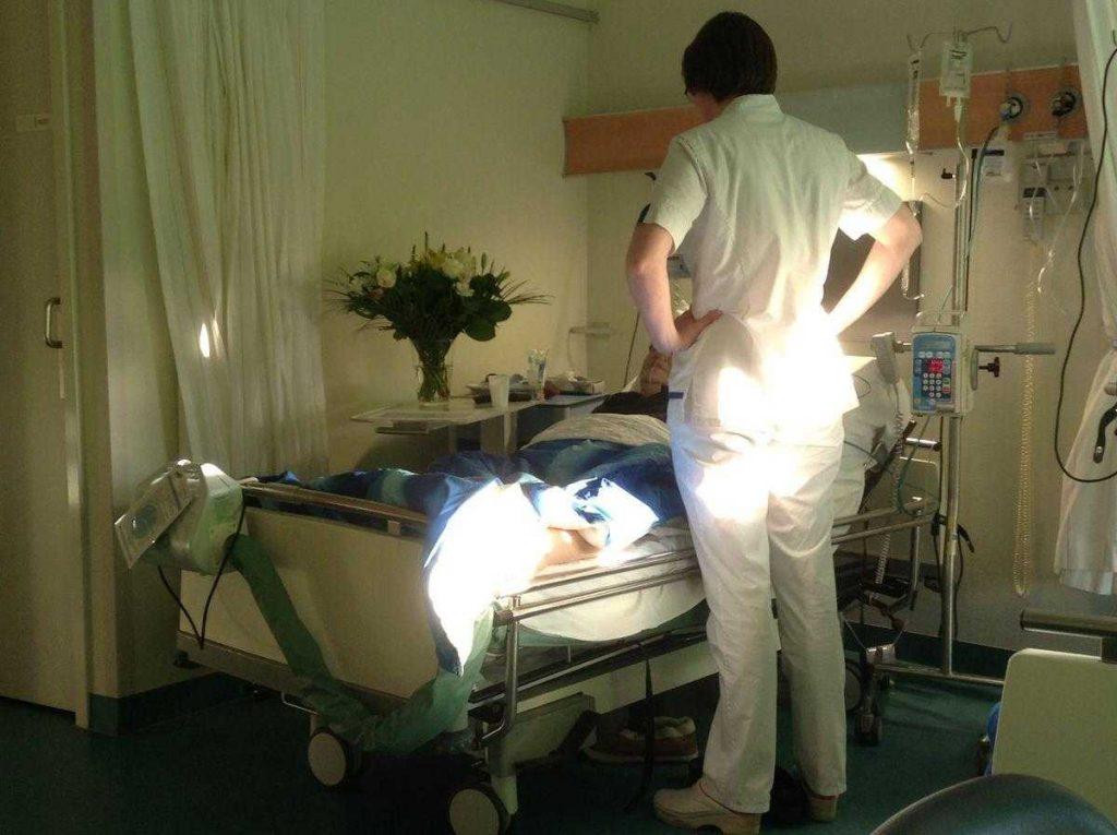 kanker-verpleegster-aan-bed-patiënt-onjuiste-redeneringen