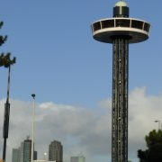 UFO restaurant Rotterdam Henny van der Most in de lucht met skyline Rotterdam