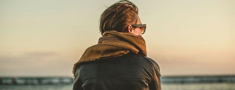 Vrouw-rug-wind-uitzicht-zonlicht
