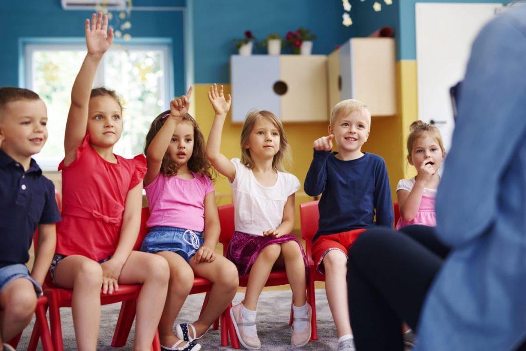 kinderen-schoolbank-aandacht-filosoferen