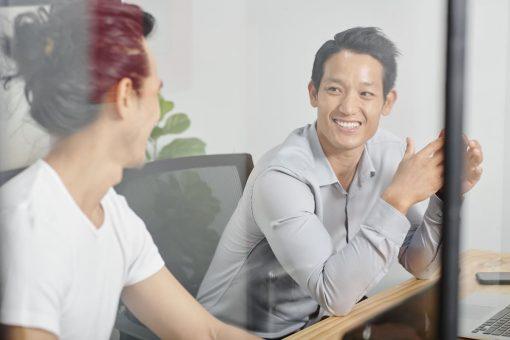 medewerker-luistert-idee-werkneemster